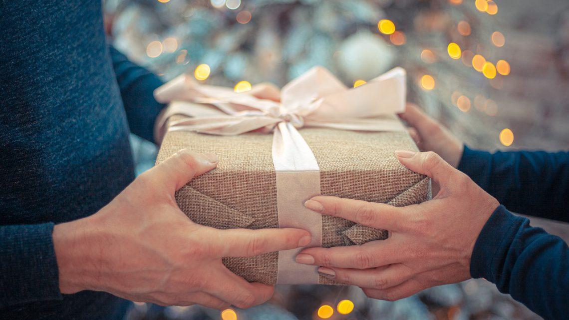 Iemand verassen met een cadeautje